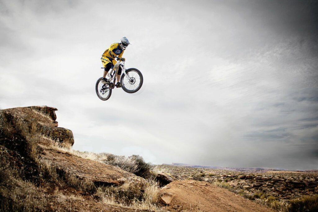 Mountainbiker im Sprung - Mut & Erfolg
